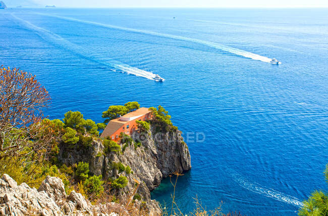 Casa Malaparte also Villa Malaparte is a house on Punta Massullo is an examples of Italian modern architecture, designed by Curzio Malaparte on the eastern side of the Isle of Capri island, Campania, Italy, Europe — Stock Photo
