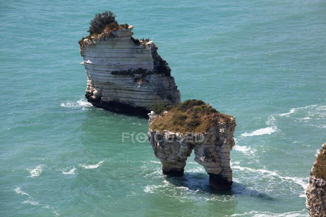 Promontorio del Gargano, i faraglioni nella baia delle Zagare, litorale tra Mattinata e Vieste — стоковое фото