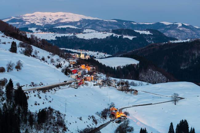 Villa de montaña en invierno, Campanella, Gallio, Altopiano de Asiago, Veneto, Italia - foto de stock
