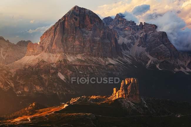 Cinque Torri and Tofane Group, Ampezzo Dolomites, Cortina d'Ampezzo, Veneto, Italie — Photo de stock