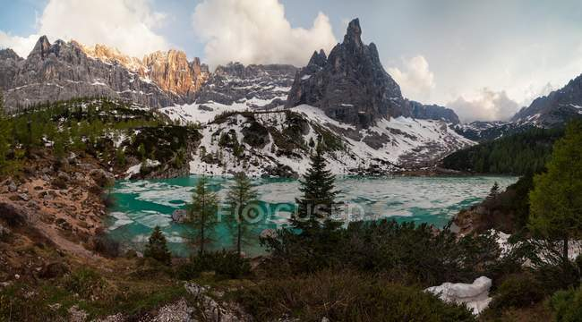 Lac Sorapis, Dolomites, Cortina d'Ampezzo, Veneto, Italie — Photo de stock