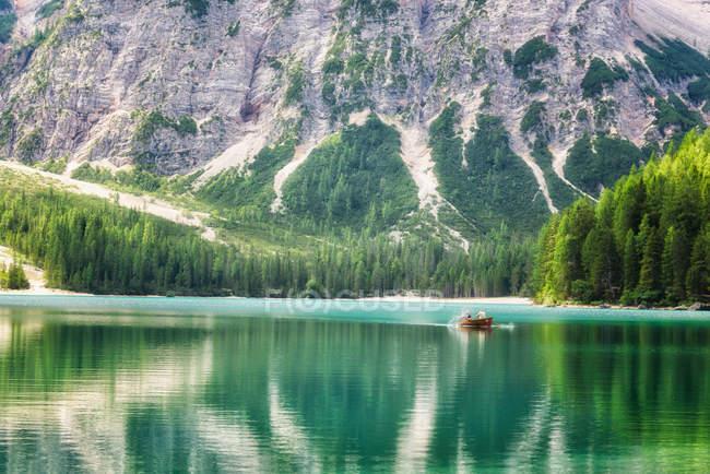 Rowing boat on Braies lake, Fanes-Sennes-Prags Nature Park, Dolomites, Trentino-Alto Adige, Italy — Stock Photo