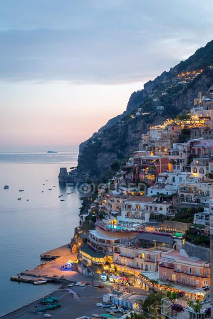 Blick auf die Stadt und das Meer bei Sonnenuntergang, Positano, Amalfiküste, Kampanien, Italien — Stockfoto