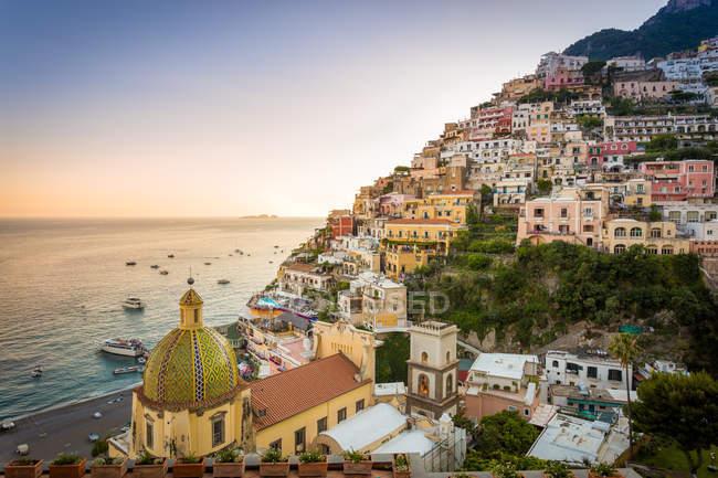Vista da cidade e do litoral em um pôr do sol de verão, Positano, Costa Amalfitana, Campania, Itália — Fotografia de Stock