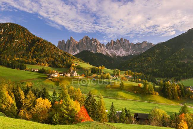 Paisagem do outono, distrito de Bolzano, vale de Funes, Trentino-Alto Adige, Dolomites, Italy — Fotografia de Stock