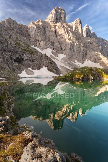 Lago di Coldai, le torri del monte Civetta si riflettono nell'acqua, Dolomiti, Veneto, Italia — Foto stock