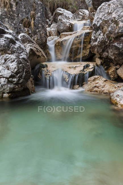 Маленькие водопады бирюзовой воды в Вал Салет, Монти дель Соле, Национальный парк Беллуно Доломиты, Венето, Италия — стоковое фото
