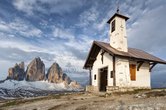 A Igreja alpina perto do refúgio Locatelli, no fundo o Tre Cime di Lavaredo um skytre azul Cime di Lavaredo, Dolomites, Alpes orientais, Trentino-Alto Adige, Italy — Fotografia de Stock
