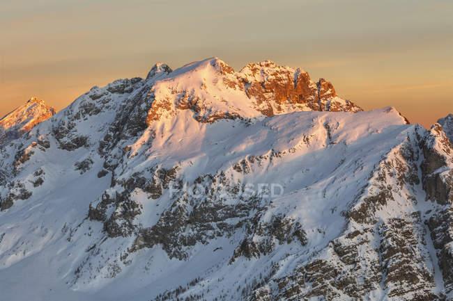 Europa, Itália, Vêneto, Belluno. Monte Cernera (2657 m.) a neve cobriu no por do sol vista da montanha pore, Dolomites, Veneto, Italy — Fotografia de Stock