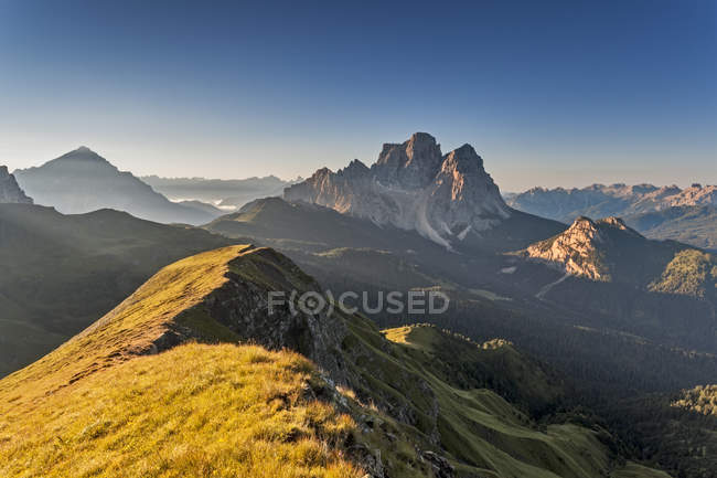 Vista para o Monte Pelmo como visto do Mondeval ou corvo alto. Seva di Cadore, vale de Fiorentina, Dolomites, Veneto, Italy — Fotografia de Stock