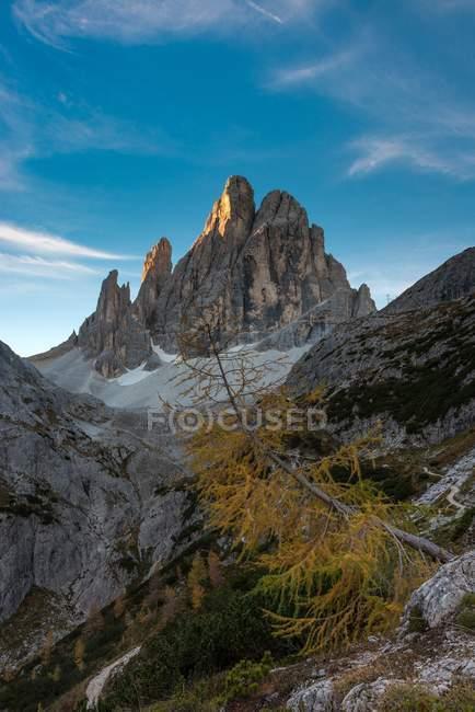 Nascer do sol nos picos la lista e Croda dei Toni em Val Fiscalina, Dolomiti di Sesto, Trentino-Alto Adige, Itália — Fotografia de Stock