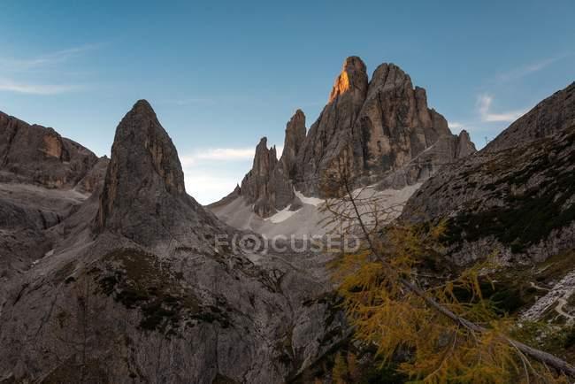 Lever de soleil sur les sommets La Lista et Croda dei Toni dans la vallée de Fiscalina, Dolomiti di Sesto, Trentino-Alto Adige, Italie — Photo de stock
