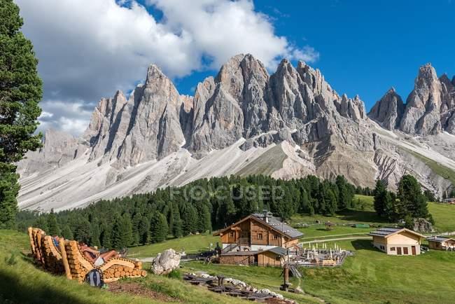 Le cinéma de montagne près de Refuge delle Odle/Geisleralm avec les pics d'Odle, funes Valley, Dolomites, Trentino-Alto Adige, Italie — Photo de stock