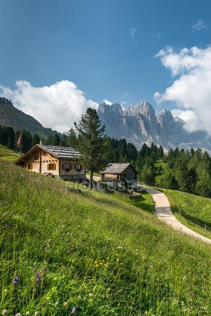 O Kaserillalm/malga Caseril. No fundo os picos do odle, vale de Funes, Dolomites, Trentino-Alto Adige, Italy — Fotografia de Stock