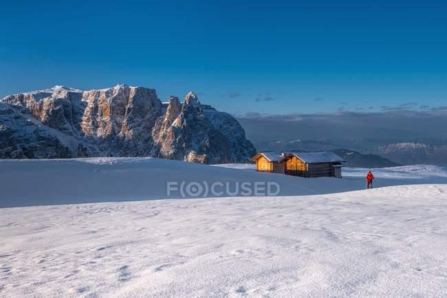 Montanhista do esqui no platô Bullaccia/Puflatsch. No fundo os picos de Sciliar/Schlern, Alpe di Siusi, Dolomites, Trentino-Alto Ádige, Italy — Fotografia de Stock