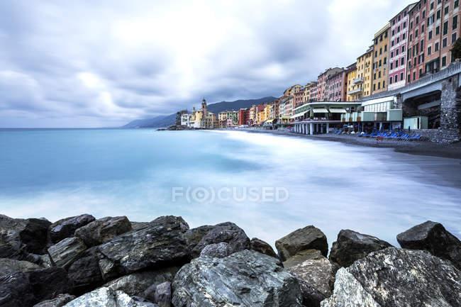A praia de Camogli após a tempestade, Camogli, Paraíso golfo, Ligury, Itália, Europa — Fotografia de Stock