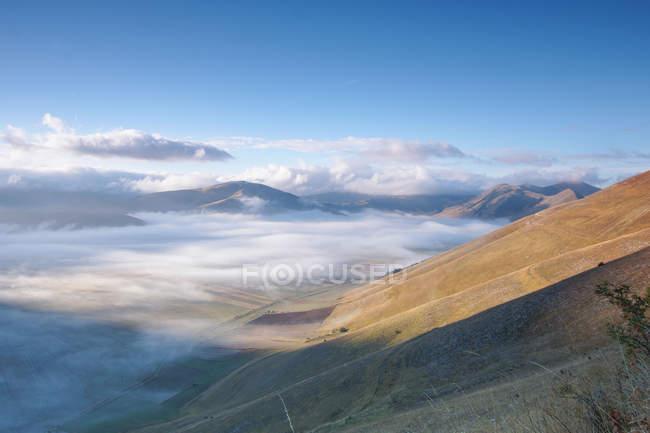 Brouillard sur le Pian Grande de Castelluccio di Norcia, Paysage, Ombrie, Italie, Europe — Photo de stock