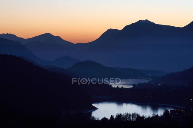 Paesaggio, panoramica, Altipiano di Pin, il lago delle Piazze e della Serraia di Pin, completamente ghiacciato in inverno al crepuscolo durante l'ora blu, notturno, sullo sfondo il Monte Bondone — Stock Photo
