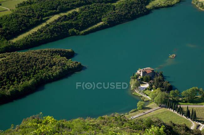 Scorcio sul lago e il castello di Toblino in Valle dei Laghi, Trentino Alto Adige, Italia, Europa, wiev sul lago Toblino e Castello Toblino — Foto stock