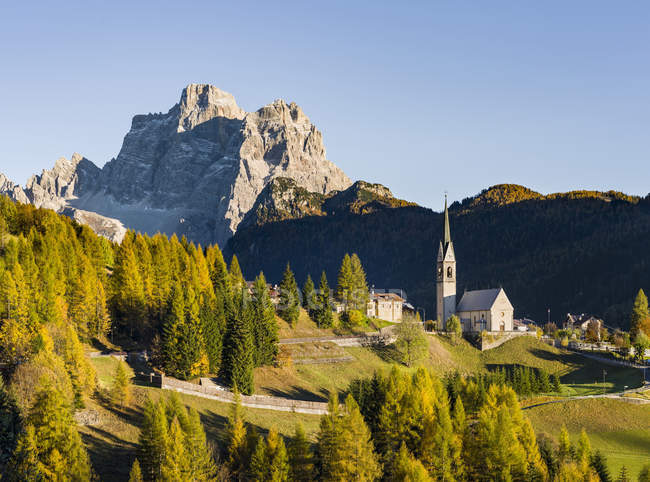 Village Selva di Cadore in Val Fiorentina.  Monte Pelmo in the background, an icon of the Dolomites.   The Dolomites of the Veneto are part of the UNESCO world heritage. Europe, Central Europe, Italy, October — Stock Photo
