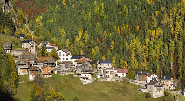 San Tomaso Agordino nas Dolomitas do Veneto. As Dolomitas do Veneto fazem parte do património mundial da UNESCO. Europa, Europa Central, Itália, outubro — Fotografia de Stock