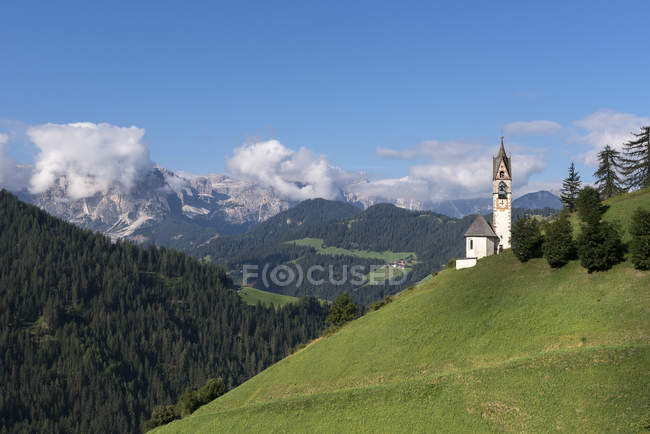 The Church of Santa Barbara in La Val with the Puez mountain Group in the background, La Val/Wengen, Dolomites, Trentino-Alto Adige, Italy — Stock Photo