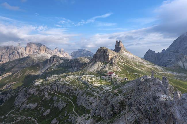 Le refuge Locatelli et le sommet de Torre di Toblin, Tre cime di Lavaredo marche, Dolomites, Alpes orientales, Trentino-Alto Adige, Italie — Photo de stock