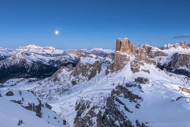Heure bleue et pleine lune dans les Dolomites avec les sommets du groupe de montagne de Sella et de l'Averau, Nuvolau, Dolomites, Vénéto, Italie — Photo de stock