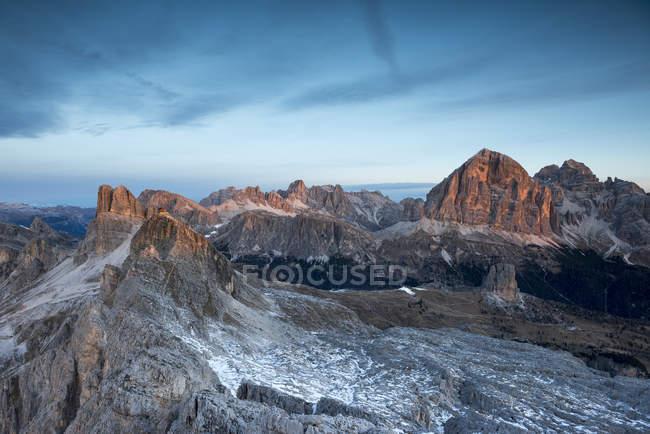 Alpenglow sur les sommets d'Averau, Nuvolau et Tofane, Ra Gusela, Dolomites, Veneto, Italie — Photo de stock