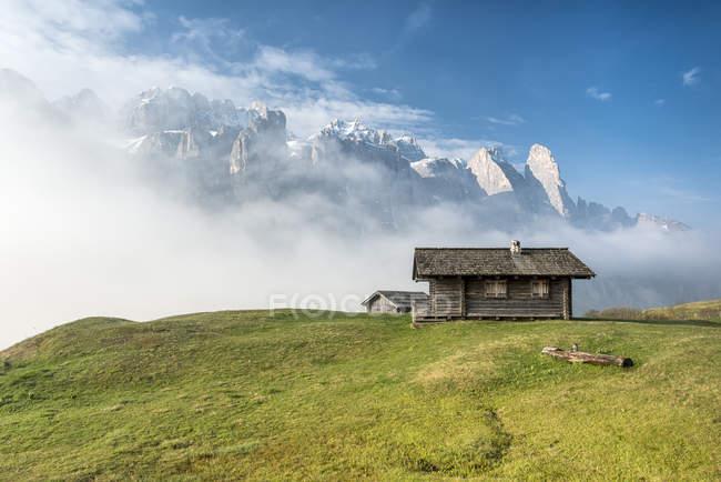 Rifugi di fronte alle montagne del gruppo del Sella, Passo Gardena, Dolomiti, Alto Adige, Italia — Foto stock