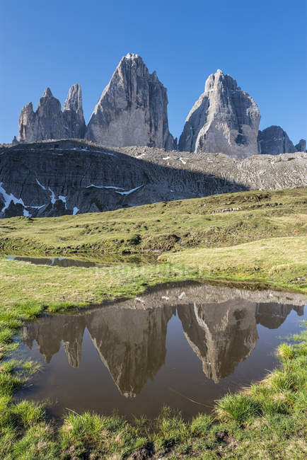 The Tre Cime di Lavaredo/Drei Zinnen are reflected in a lake, Dolomiti di Sesto, Trentino-Alto Adige, Italy — Fotografia de Stock