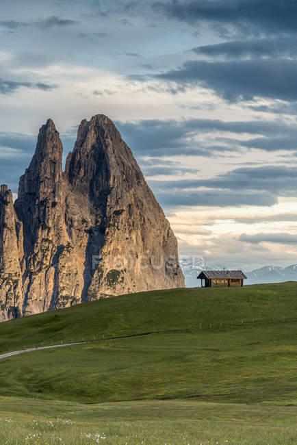 Nascer do sol no Alpe di Siusi/Seiser Alm. No fundo os picos de Euringer e de Santner, Alpe di Siusi, Dolomites, Trentino-Alto Adige, Italy — Fotografia de Stock