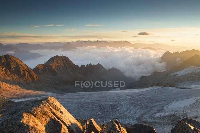Восход солнца с вершины Венероколо, видя ледник Писгана, Ломбардия, Италия — стоковое фото