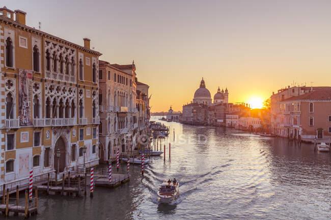 Gran Canal e Chiesa di Santa Maria della Salute all'alba, Venezia, Veneto, Italia, Europa — Foto stock