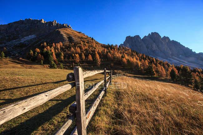 La última luz una malga Gampen, en el fondo el grupo Odle, Valle de Funes, Trentino-Alto Adige, Italia, Europa - foto de stock