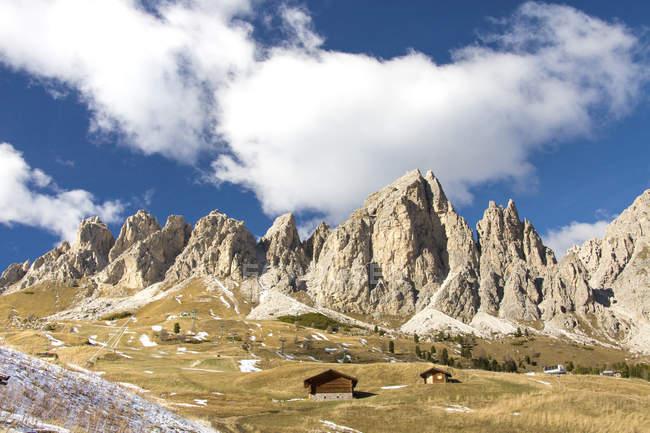 Blauer Himmel und Wolken auf den hohen Felsgipfeln am Gardenapass Südtirol, Trentino-Alto adige, Italien, Europa — Stockfoto