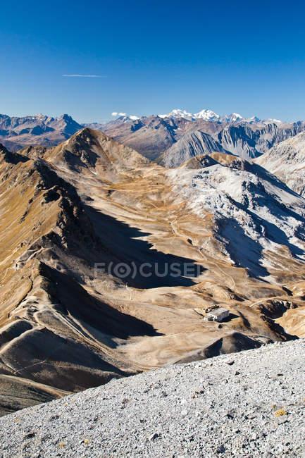 Вид на долину Форкола і гірський хребет у фоновому режимі, Вальтелліна, Ломбардія, Італія, Європа — стокове фото