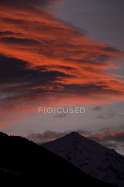 Nuages colorent le ciel au coucher du soleil au-dessus du mont Legnone inférieur, Morbegno, Valtellina, Lombardie, Italie, Europe — Photo de stock