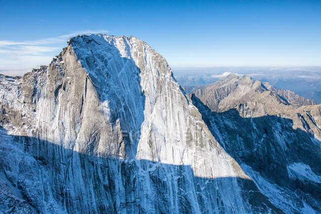 Foto aerea della parete nord del Piz Badile situata tra Masino e Valle Bregaglia confine Italia e Svizzera, Europa — Foto stock