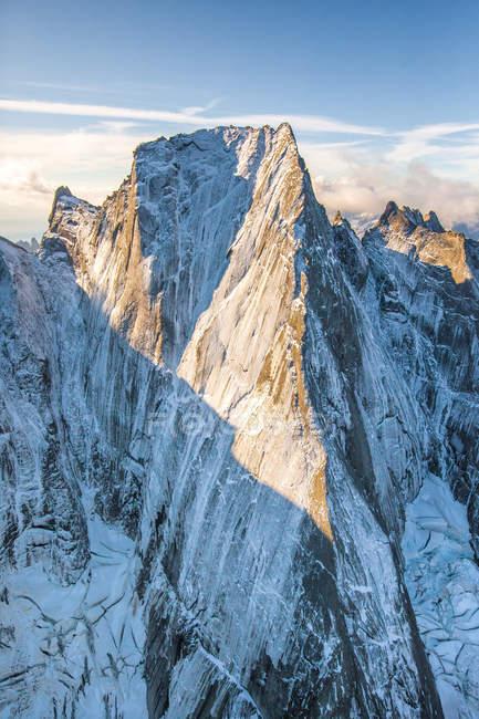 Luftaufnahme der Nordwand des Piz Badile zwischen Masino und Bregaglia-Tal an der Grenze zwischen Italien und der Schweiz, Europa — Stockfoto
