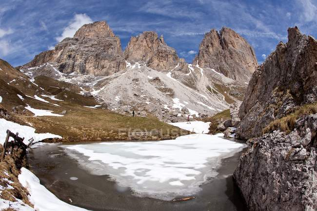 The Langkofel seen from the four-and-a-half-hour, moderately difficult hike around its main summit in the Gardena / Grden Dolomites, Trentino-Alto Adige, Italy, Europe — стоковое фото