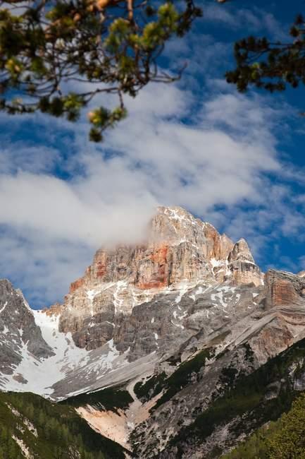 O colorido pico Croda Rossa d 'Ampezzo (3146 m) entre o Vale Braies e o Vale Landro (Val di Braies e Val di Landro) na fronteira entre Alto Adige e a província de Belluno no Ampezzo Dolomites, Trentino-Alto Adige, Itália, Eur — Fotografia de Stock