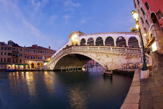 Rialto Bridge is one of the four bridges spanning the Grand Canal in Venice, Venice, Veneto, Italy, Europe — Stock Photo