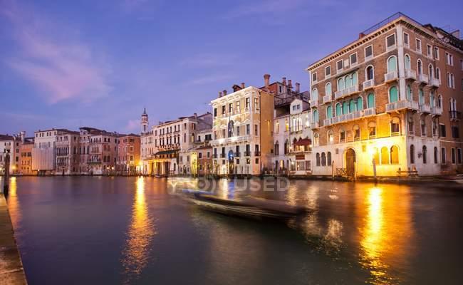 Uma gôndola solitária deslizando ao longo da água do Grande Canal à noite, Veneza, Veneto, Itália, Europa — Fotografia de Stock