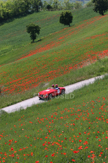 Vista aerea dell'auto rossa in campagna Montefeltro, Urbino, Marche, Italia, Europa — Foto stock