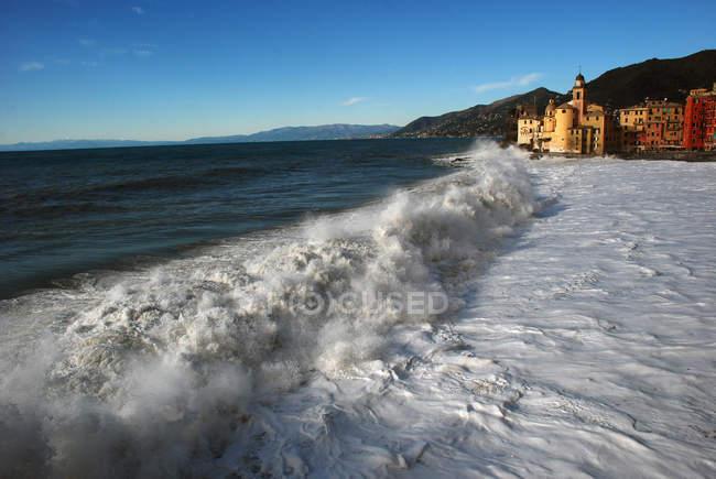 Vista desde el mar en el pueblo de Camogli, Italia; Europa - foto de stock