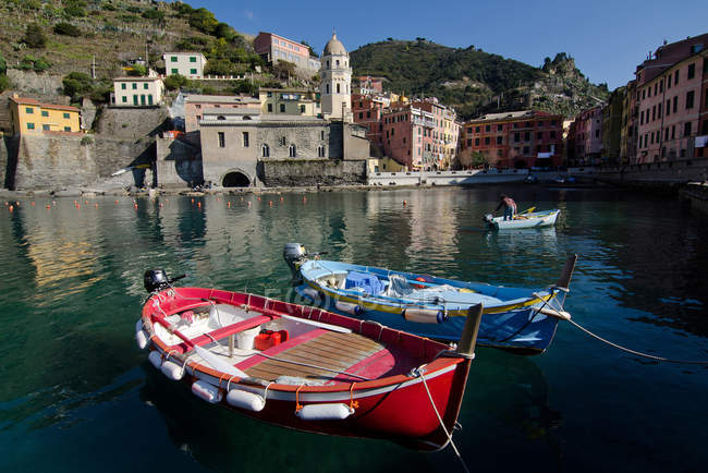 Небольшой туристический порт Вернацца, Лигурия, Италия, Европа, — стоковое фото