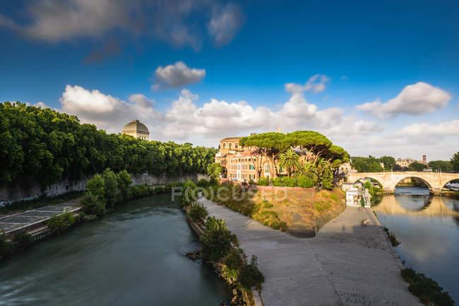 Isola Tiberina, Ospedale Fatebenefratelli ospedale, torre e fiume Tevere, quartiere Trastevere, Roma, Lazio Italia, Europa — Foto stock
