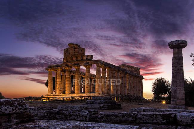 Захід сонця на археологічних розкопок Пестум, кампанія, Італія, Європа — стокове фото
