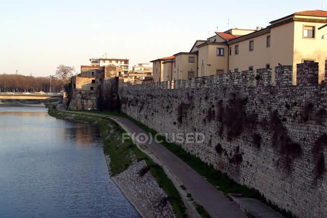 ITALIA, TOSCANA edifici cittadini al fiume — Foto stock